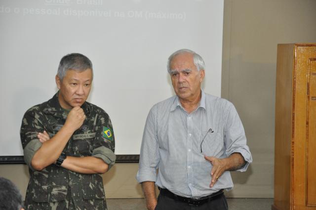 Vice-prefeito Odilon Azambuja discursando ao lado do General Matsuda, comandante da Brigada. - Crédito: Foto: Hedio Fazan