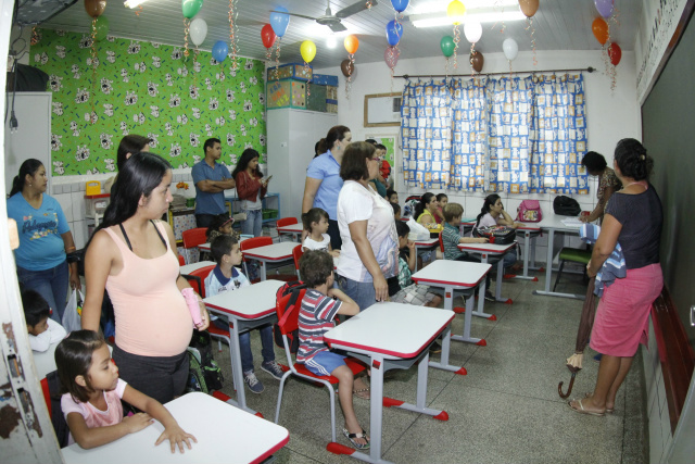 Pais acompanham filhos no primeiro dia de aula na Escola Manoel Santiago. - Crédito: Foto: Chico Leite