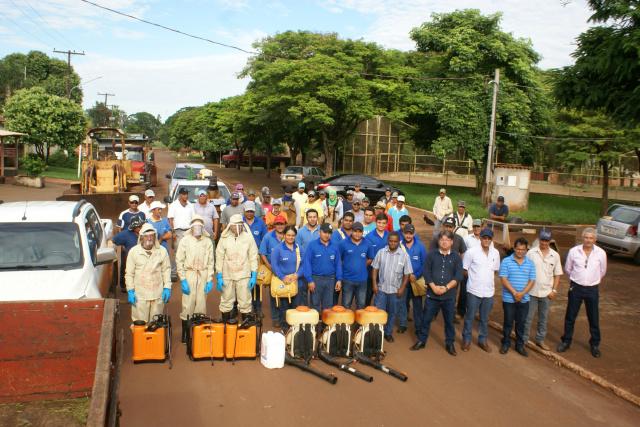 Pessoal, máquinas e equipamentos da prefeitura estão mobilizados na guerra contra o Aedes aegypti. - Crédito: Foto: Dilermano Alves