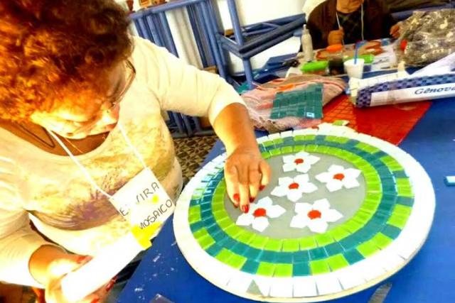 Montar um mosaico é como fazer um quebra-cabeça. - Crédito: Foto: Divulgação