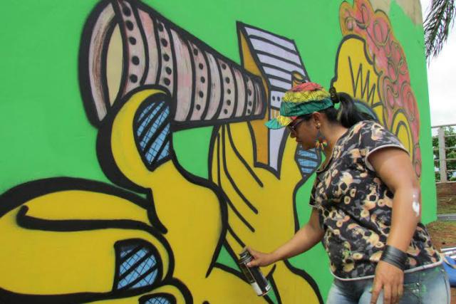 """Obra """"Expresso do Pantanal"""", de Marilena Grolli na Orla Ferroviária, que está sendo revitalizada pela artista nos finais de semana. - Crédito: Foto: Elvio Lopes"""