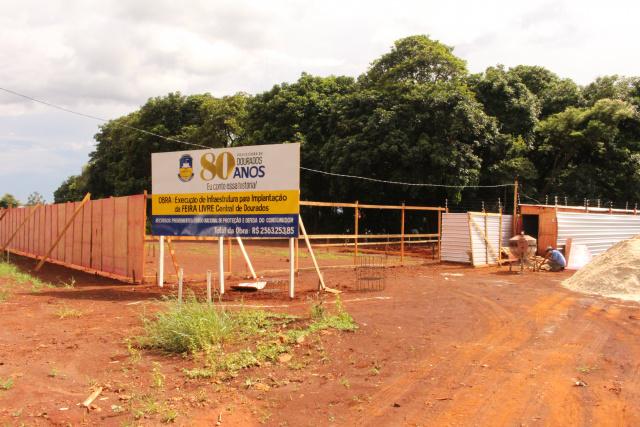 Trabalhadores iniciam obras de infraestrutura na área onde será instalada a nova feira livre. - Crédito: Foto: Ricardo Minella