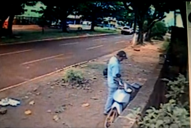Momento em que o ladrão coloca a 'chave' na ignição e leva o veículo. - Crédito: Foto: Reprodução