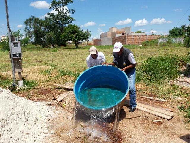 Durante as ações da força-tarefa, focos do mosquito encontrados são eliminados  com larvicida. - Crédito: Foto: Divulgação