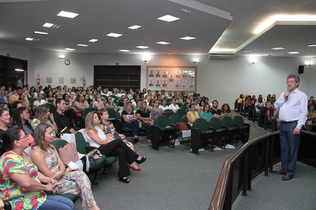 """Palestra realizada na Câmara teve como tema """"O Papel do Professor e a Postura Interdisciplinar"""" - Crédito: Foto: Thiago Odeque/PMNA"""
