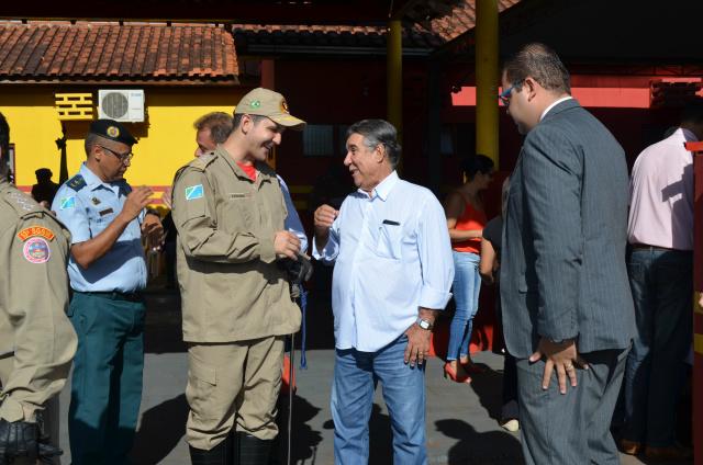Major Leonardo Rodrigues e o prefeito durante a solenidade. - Crédito: Foto: Divulgação