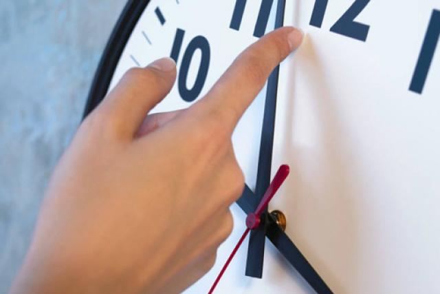 Os relógios devem ser atrasados em uma hora no domingo. - Crédito: Foto: Reprodução