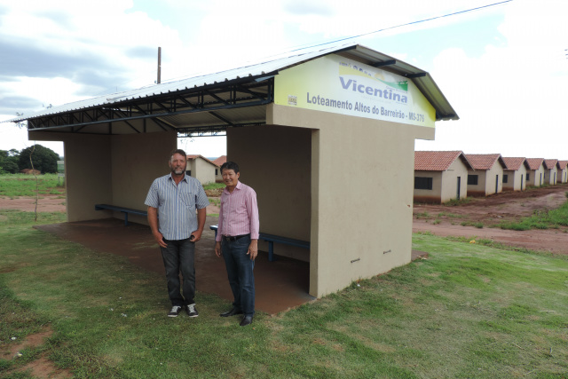 Prefeito Hélio Sato e vice Valter entregam abrigo de ônibus no município de Vicentina. - Crédito: Foto: Divulgação