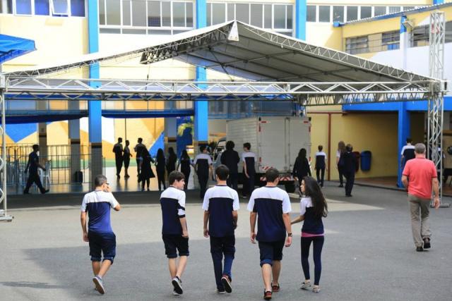 Crise econômica tem levado pais a trocarem escolas particulares por públicas em todo o País. - Crédito: Foto: Ivonaldo Alexandre/Gazeta do Povo