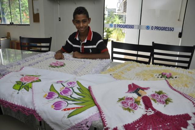 Maycon Gabriel é destaque em pintura em panos de prato. - Crédito: Foto: Hedio Fazan
