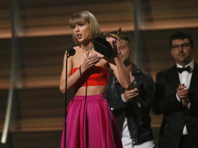 """Taylor Swift recebe prêmio de álbum do ano com o disco """"1989"""" no 58º Grammy. - Crédito: Foto: Mario Anzuoni/Reuters"""