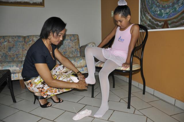 Gabriela, de seis anos, filha da técnica administrativa Luciene Cândido trocou a rede particular pela pública e ganhou o balé. - Crédito: Foto: Hedio Fazan