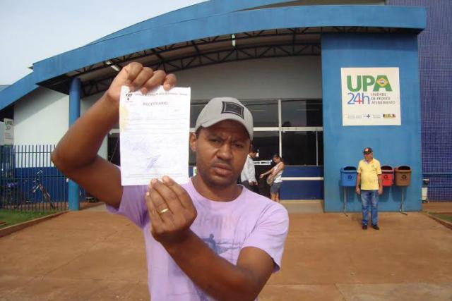 Irmão de vítima mostra receita, mas UPA diz que não significa liberação do paciente. - Crédito: Foto: Cido Costa