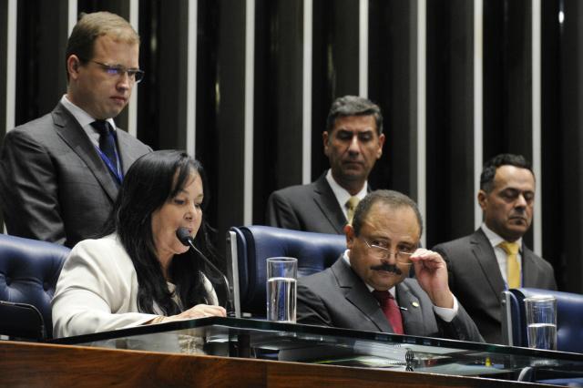 Rose de Freitas fez a leitura do texto da emenda 91/2016 na sessão presidida pelo deputado Waldir Maranhão. - Crédito: Foto: Edilson Rodrigues/Agência Senado