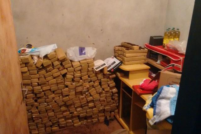 Residência tinha em um dos cômodos, pelo menos 323 quilos de maconha guardados sob cuidados. - Crédito: Foto: Divulgação/DEFRON