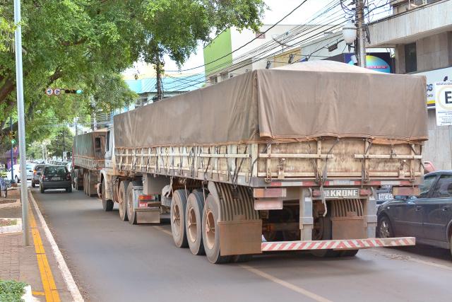 Carretas  estavam  transitando pela área central de Dourados em horário proibido. - Crédito: Foto: Marcos Ribeiro
