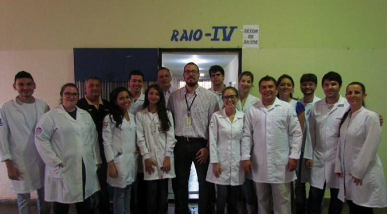 Grupo recolheu material para exame de detecção da tuberculose. - Crédito: Foto: Divulgação