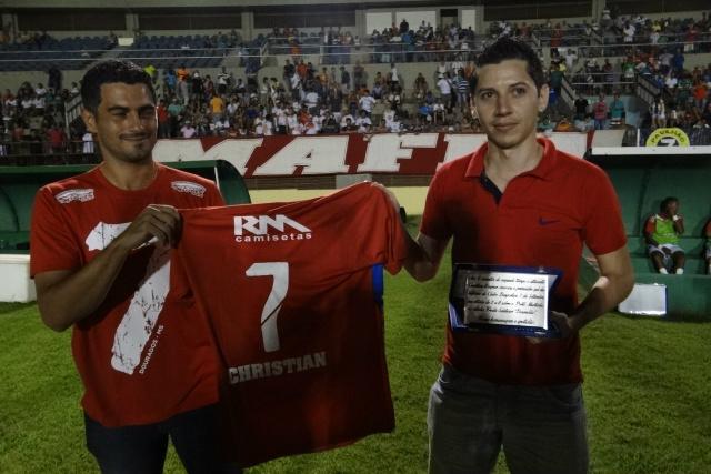 Christian recebe a placa em homenagem ao gol marcado em 2005 no Campeonato Estadual Série B, único título do Sete. - Crédito: Foto: Divulgação