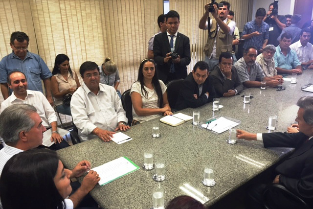 Acompanhado de secretários , autoridades políticas e representantes sindicais , o governador Reinaldo Azambuja anunciou o reajuste. - Crédito: Foto: Divulgação