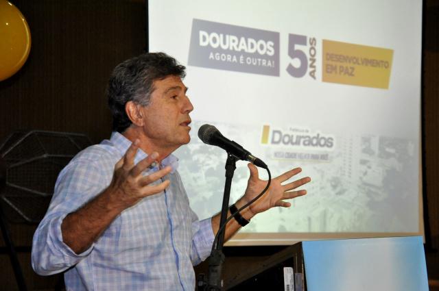 Murilo faz balanço dos cinco anos de administração na manhã de ontem na Prefeitura. - Crédito: Foto: Hedio Fazan