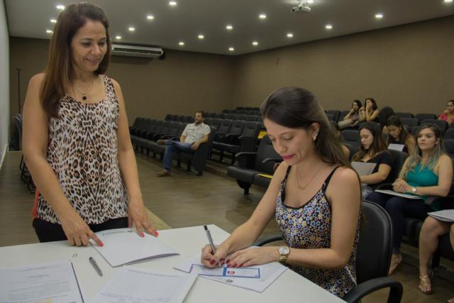 Crefito 13 faz entrega de documentação aos fisioterapeutas. - Crédito: Foto: Divulgação