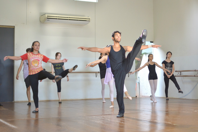 Bailarino e coreógrafo Danniel Amaral ministra aulas de  balé adulto e jazz as terças e sextas no Studio Blanche Torres. - Crédito: Foto: Marcos Ribeiro