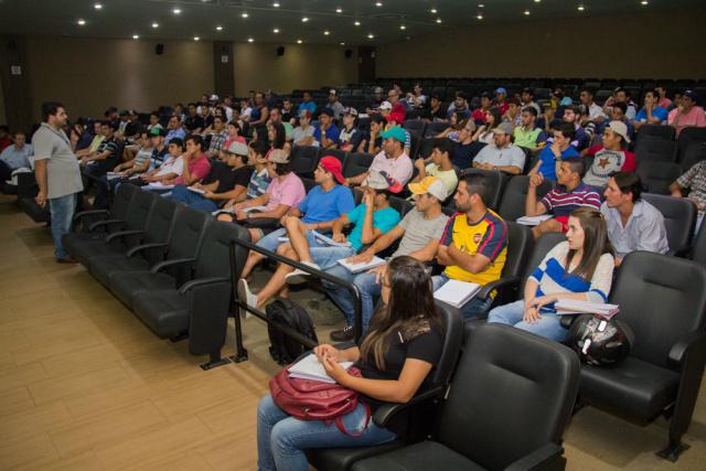 Supervisor do Crea-MS, Antonio Neto, ministra palestra. - Crédito: Foto: Divulgação