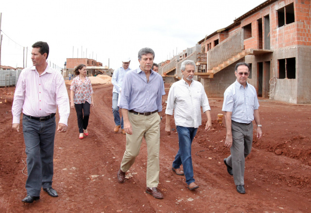 Prefeito Murilo e assessores durante vistoria ao Residencial. - Crédito: Foto: Chico Leite