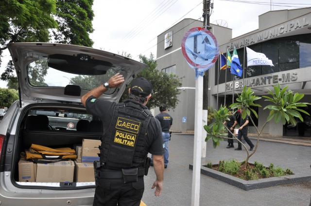 Operação do Ministério Público apreendeu ontem documentos na Câmara de Rio Brilhante. - Crédito: Foto: Hedio Fazan
