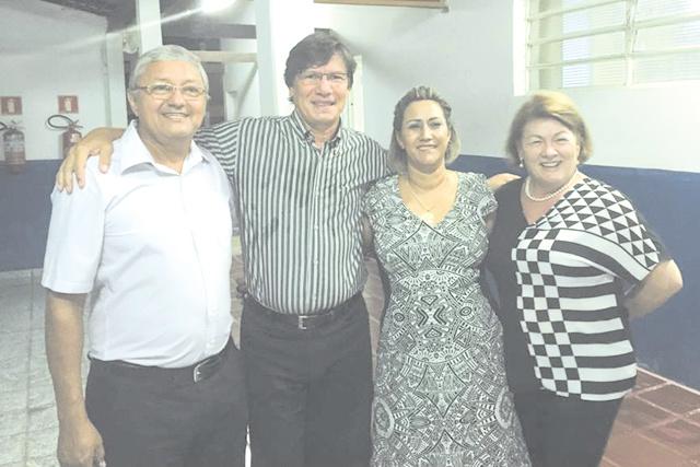 Coronel PM Hilton Villasanti Romero continua sua caminhada como pré-candidato a prefeito de Porto Murtinho, onde tem se reunido constantemente com a população. Na foto, com Ulpiano Jacquet, Sirley Pacheco e Fátima Vidotte.   -