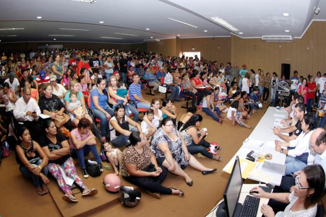 Auditório ficou lotado no sorteio que contemplou novas famílias para a casa própria em Dourados. - Crédito: Foto: Chico Leite
