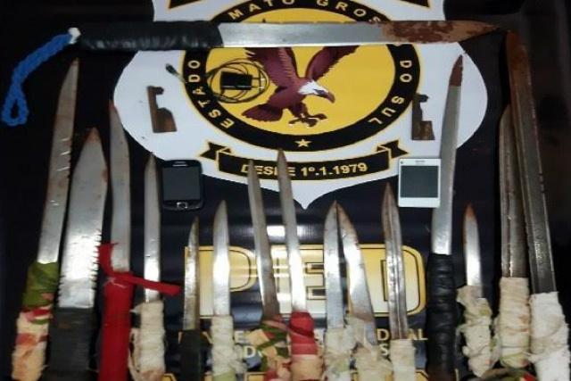 Armas artesanais e mixas foram encontradas na horta do raio 3. - Crédito: Foto: Divulgação