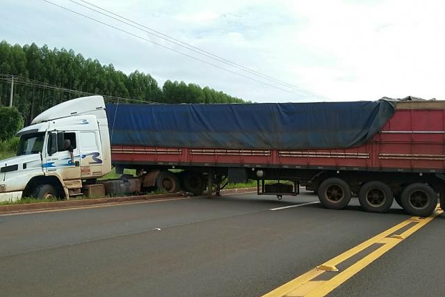 Carreta teria tentado retornar quando ficou atolada na rodovia. - Crédito: Foto: Divulgação/PRF