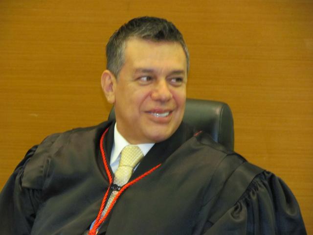 Paulo Alberto de Oliveira é empossado pelo presidente do TJMS, João Maria Lós. - Crédito: Foto: Elvio Lopes