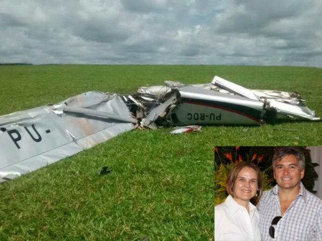 Avião ficou totalmente destruído; no detalhe, o casal que morreu. - Crédito: Foto: SESP/Reprodução