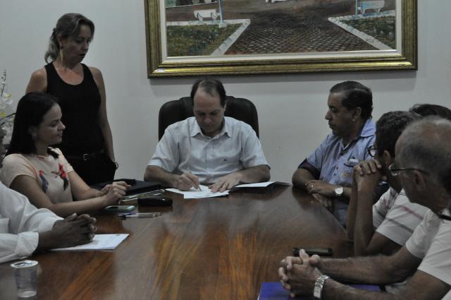 Prefeito assina o ato que empossa os membros do Conselho Municipal de Saúde. Os novos dirigentes são Mirtes, Flaviano, Nilson e José. - Crédito: Foto: Assessoria