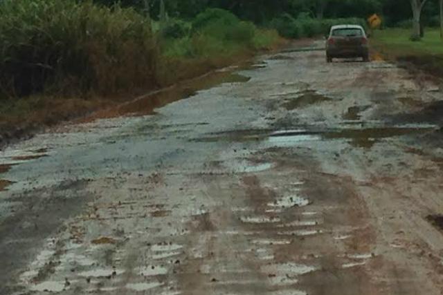 O trecho é bastante utilizado por carretas de usina, agravando a situação. - Crédito: Foto: Divulgação
