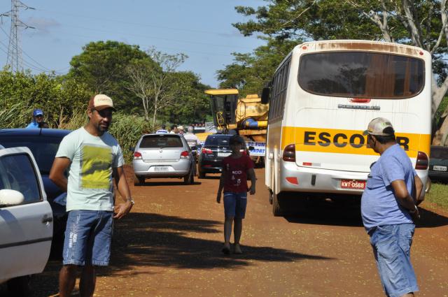 Moradores prometem voltar a fechar a MS 040 se licitação de recapeamento não sair em 90 dias. - Crédito: Foto: Hedio Fazan