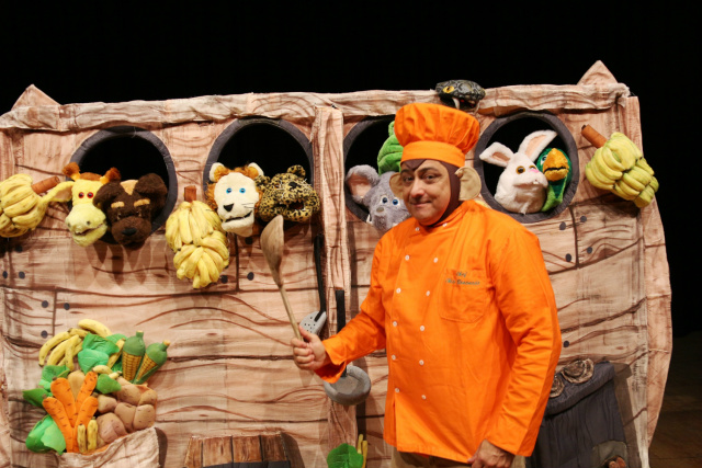 """Marcelo Dusi vive o personagem """"Chico Bananada"""", no espetáculo """"O Macaco Cozinheiro da Arca de Noé"""" - Crédito: Foto: Divulgação"""