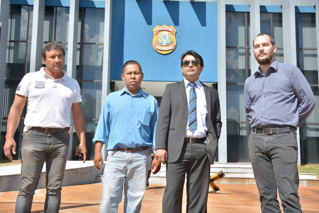 Capitão da Aldeia Bororó, Gaudêncio Benitez  e Silvano Duarte, do Conselho Indígena, chegam com advogados à delegacia da PF. - Crédito: Foto: Marcos Ribeiro