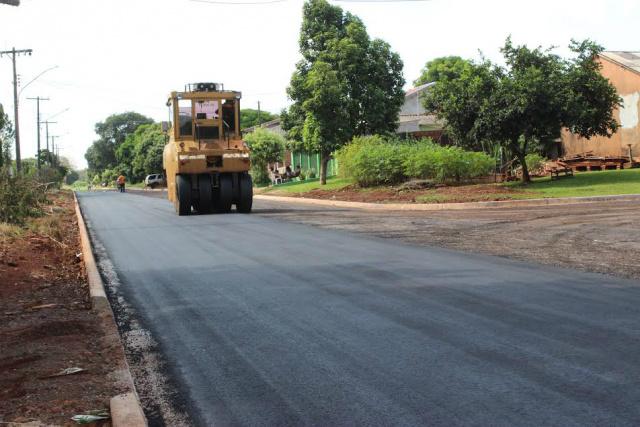 Trabalhos de pavimentação asfáltica na Rua S 33 em fase final, na manhã de terça-feira. - Crédito: Foto:  Walter Ramos