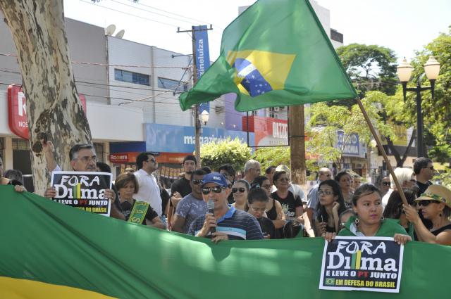 Manifestantes fecharam uma das pistas da Marcelino Pires em Dourados durante protesto ontem. - Crédito: Hedio Fazan