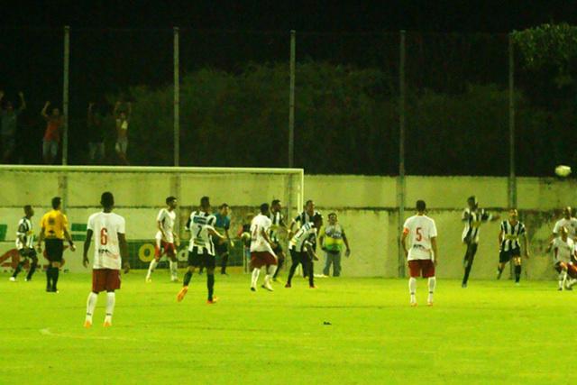 Lance da partida vencida pelo Corumbaense que reanimou o time no Campeonato Estadual de futebol. - Crédito: Foto: Diário Corumbaense