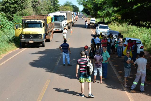 Rodovia ficou bloqueada durante toda manhã em protesto contra falta de manutenção da MS-276 no trecho urbano de Deodápolis. - Crédito: Foto: Divulgação