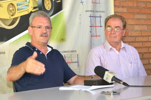 Deputado Geraldo Resende em coletiva com a imprensa nesta tarde. -
