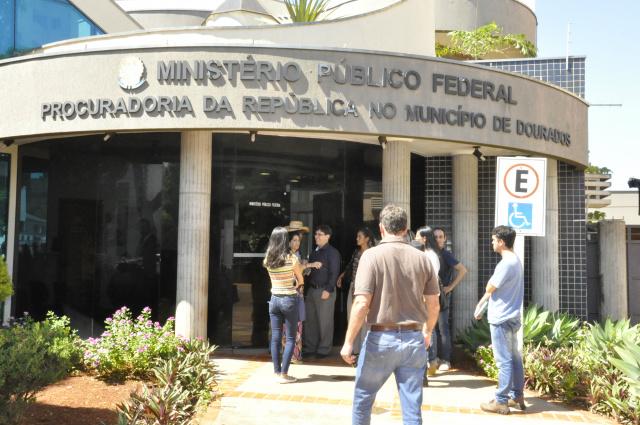Sitiantes chegam ao Ministério Público Federal para reunião com o procurador da República. - Crédito: Foto: Hedio Fazan