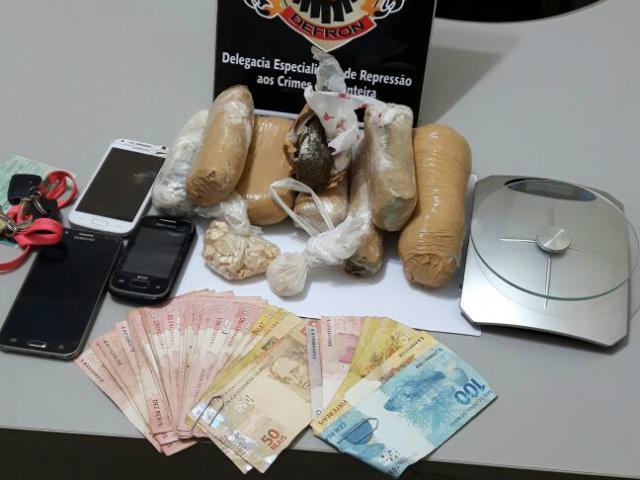 Droga e balança de precisão apreendidas pela Defron em ocorrência na sexta-feira, em Dourados. - Crédito: Foto: Divulgação/Defron