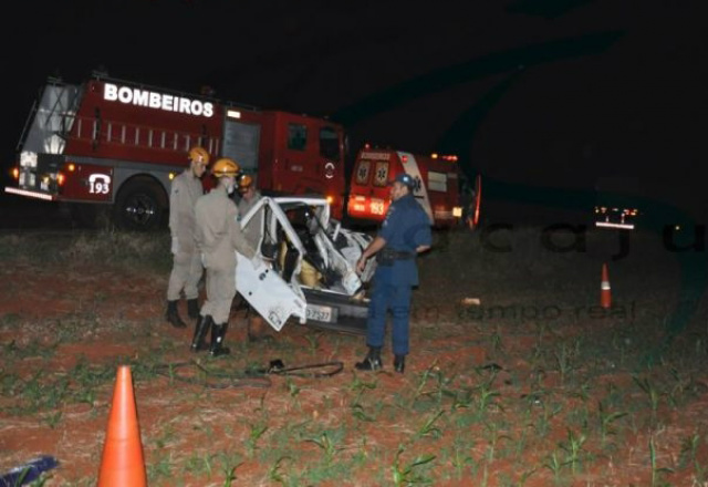 Carro de douradense ficou completamente destruído na rodovia. - Crédito: Foto: Maracaju Speed