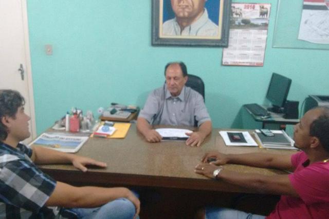 Zé Teixeira reunido com o empresário Fabrízio Nunes e com Tutinha, lideranças de Ivinhema. - Crédito: Foto: Divulgação