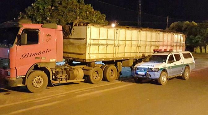 PMA apreende carreta carregada de madeira ilegal e autua em R$ 15,9 mil madeireira de Mato Grosso. Foto: PMA - Crédito: Divulgação
